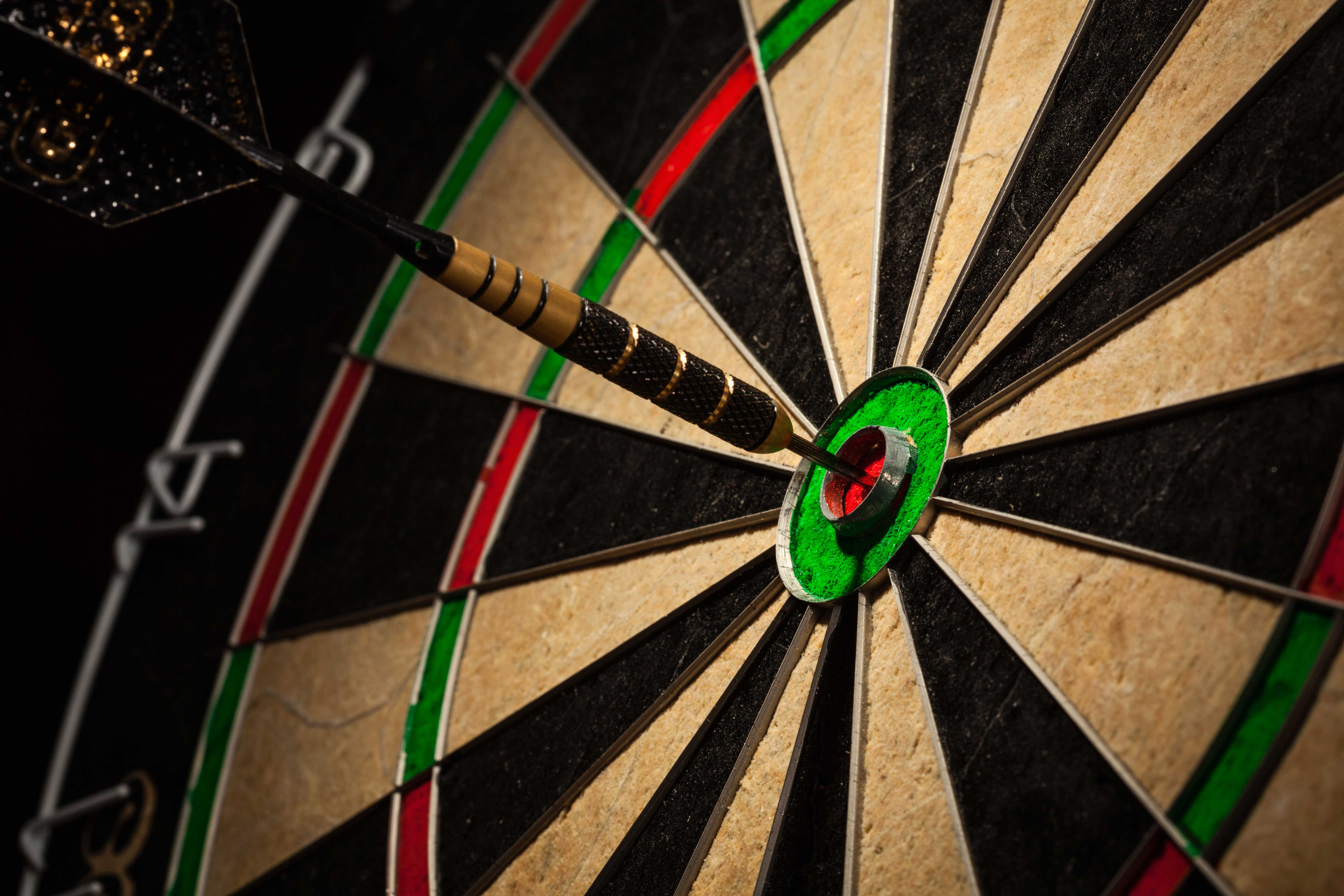 dart in bull 39s eye close